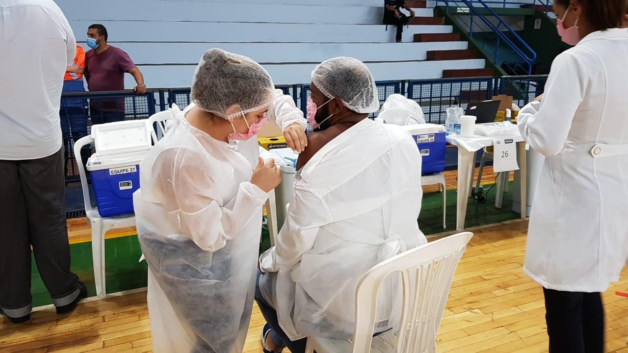 Vacina: especialistas em MG falam sobre início da imunização contra Covid-19, eficácia e reações comportamentais