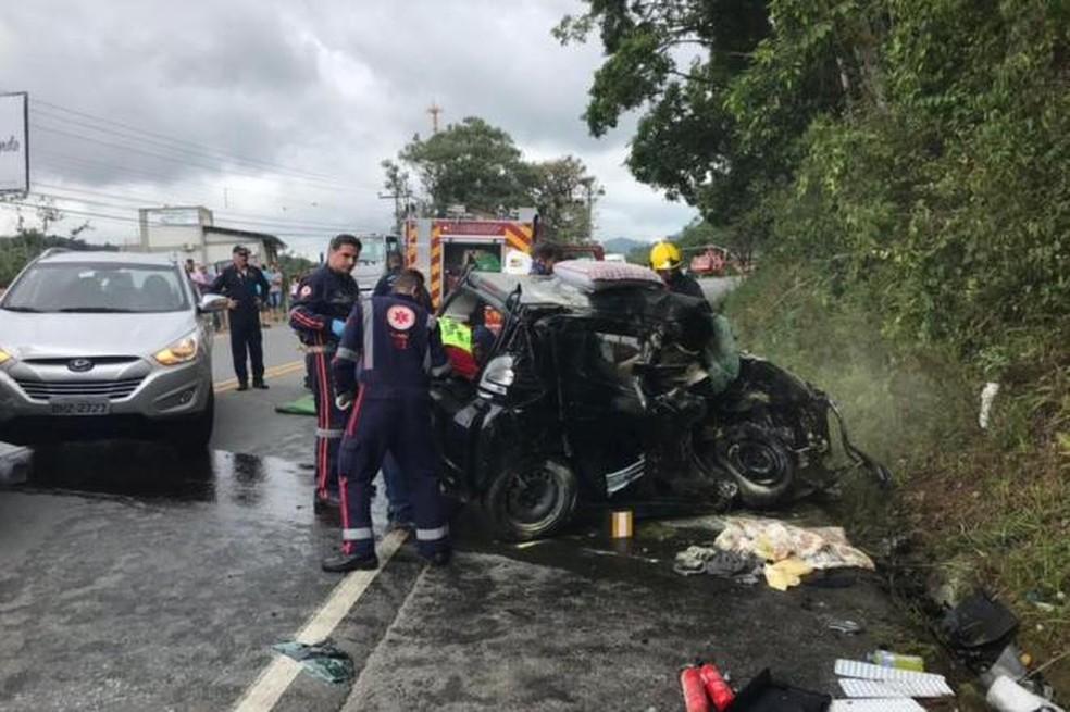 Acidente envolvendo três carros em SC-421 deixou jovem gravemente ferido (Foto: Corpo de Bombeiros/Divulgação)