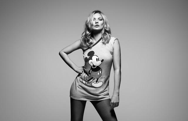 Kate Moss se veste de Mickey Mouse para livro  (Foto: Rankin)