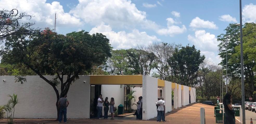 Familiares e amigos se despedem de Tatiana Luz em cemitério no Distrito Federal.  — Foto: Aline Ramos/G1