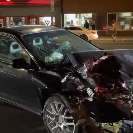 Veículo que colidou em Porsche de Chris Brown ficou bem danificado (Foto: Reprodução/YouTube)