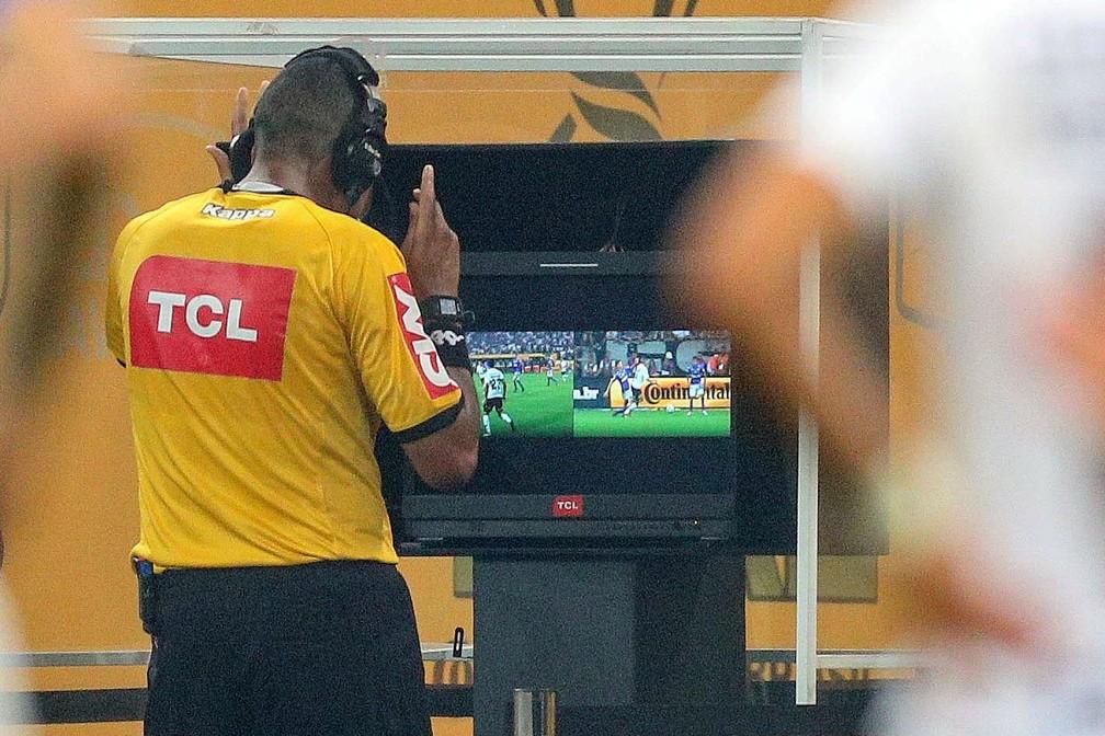 Tecnologia do árbitro de vídeo já foi usado em 21 jogos em competições no Brasil — Foto: Daniel Teixeira/Agência Estado