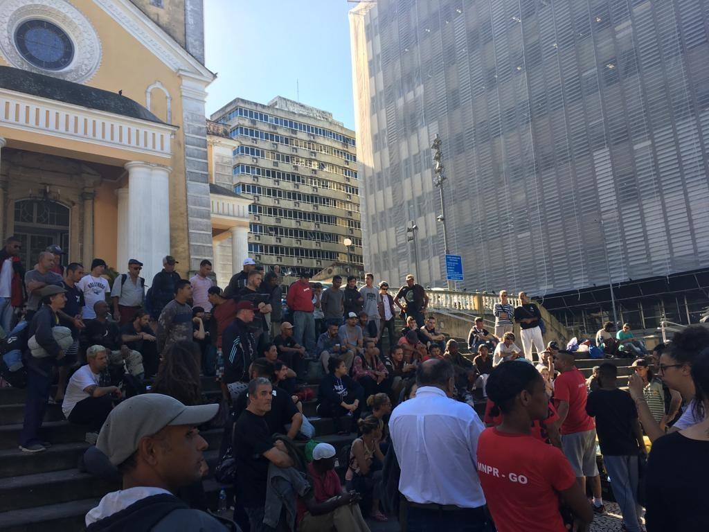 Pessoas em situação de rua fazem ato em Florianópolis após Deinfra isolar marquise com tapume para obras - Noticias