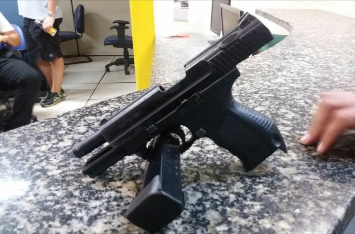 Homem é detido com pistola e munição no Valão, em Cabo Frio, no RJ
