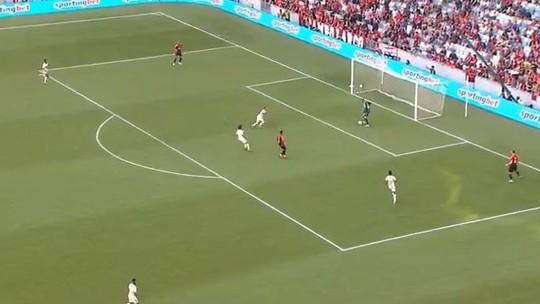 Defesa do Athletico se enrola em troca de passes na área, e Bruno Henrique aproveita para marcar