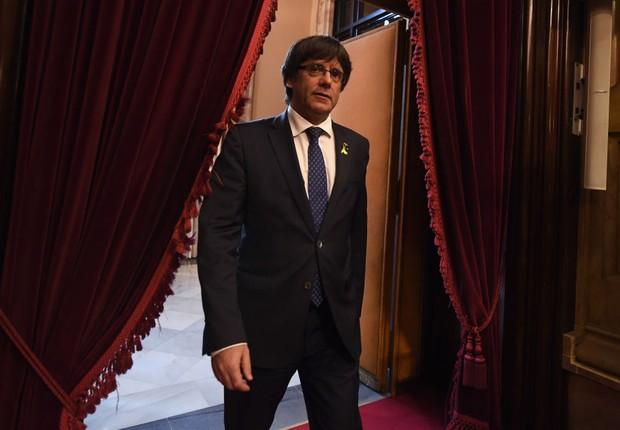 O presidente da Catalunha, Carles Puigdemont, chega ao Parlamento Catalão antes do voto pela independência (Foto: David Ramos/Getty Images)
