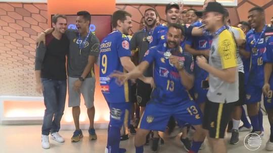 """Que festa, amigos! Jogadores da AABB """"invadem"""" o Globo Esporte e comemoram taça"""