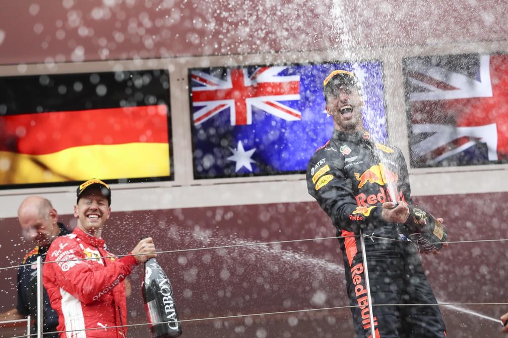 Ricciardo estoura a champanhe ao lado de Vettel em Mônaco (Foto: EFE)