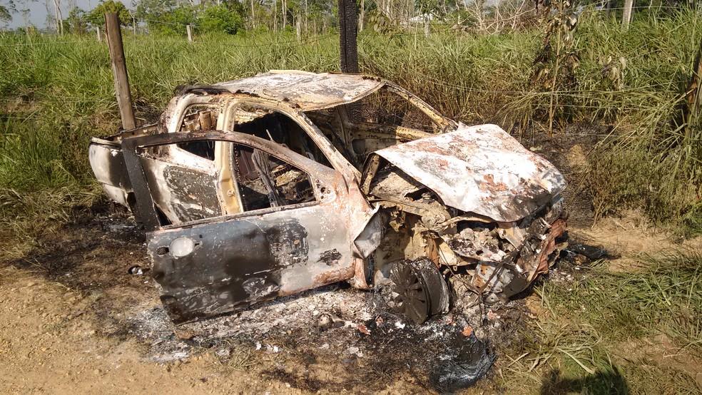 Carro de suspeito foi incendiado após acidente, segundo a polícia (Foto: Wedisson Brito/Rede Amazônica)