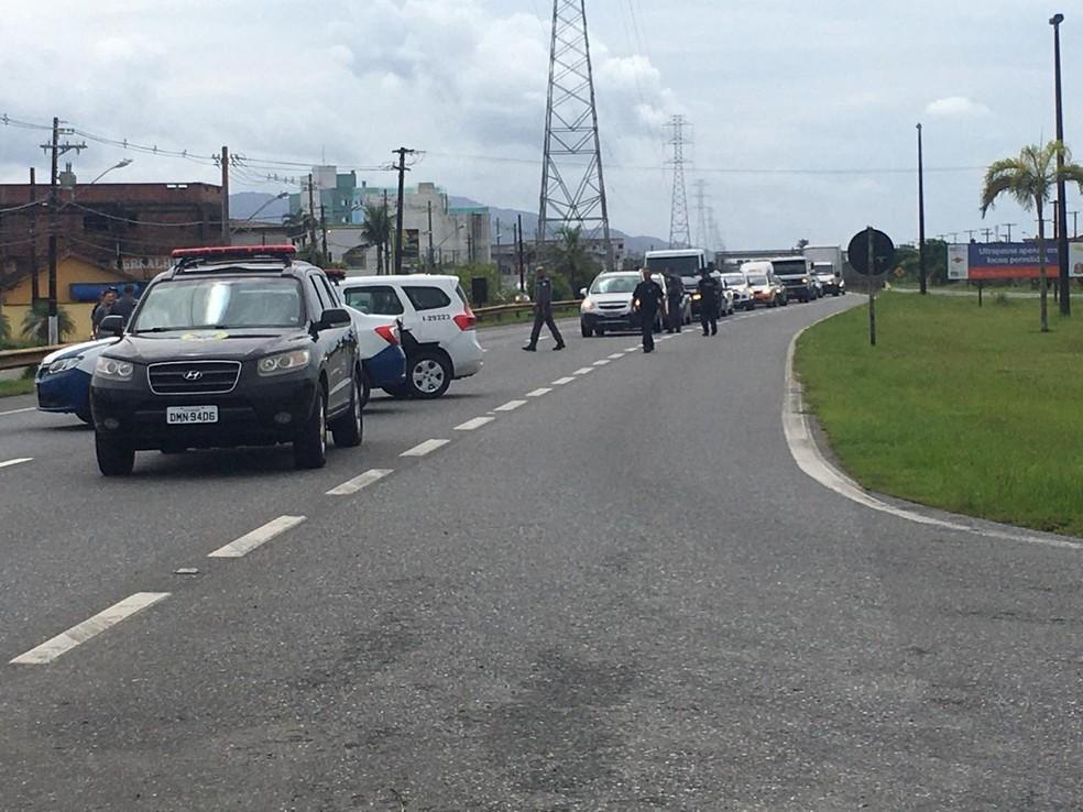 Em Itanhaém (SP), equipes bloqueiam acessos à cidade — Foto: Solange Freitas/G1
