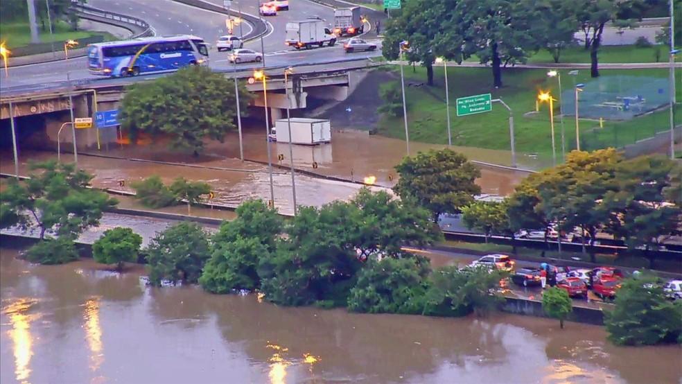 Alagamento na Marginal Tietê, na altura da Ponte da Casa Verde: há risco de transbordamento do rio — Foto: Reprodução/TV Globo