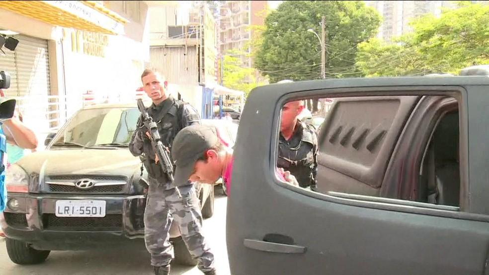 Cinco criminosos em fuga foram presos após o tiroteio na madrugada deste sábado na Rocinha. Eles foram levados para a 11ª DP (Foto: GloboNews/Reprodução)