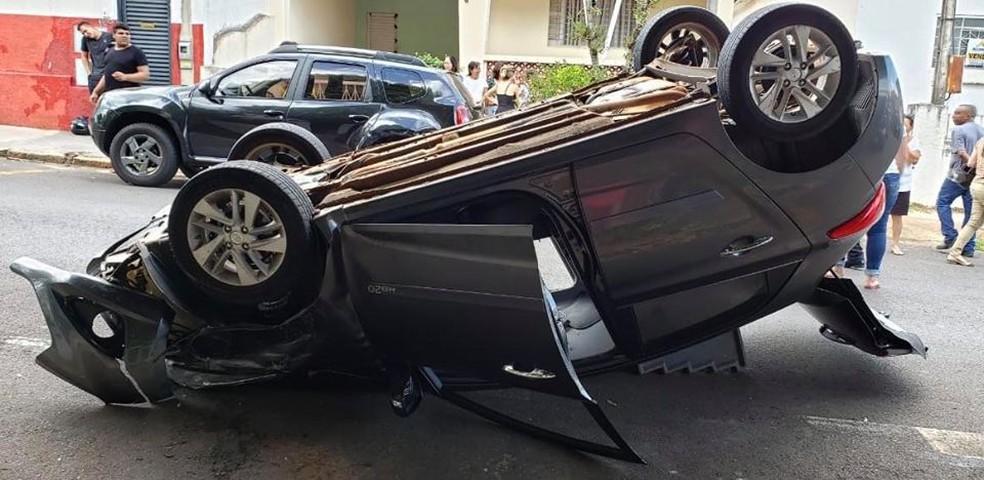 Condutora do carro contou que teria sofrido um mal súbito, o que teria provocado o acidente no centro de Lins — Foto: J. Serafim / Divulgação