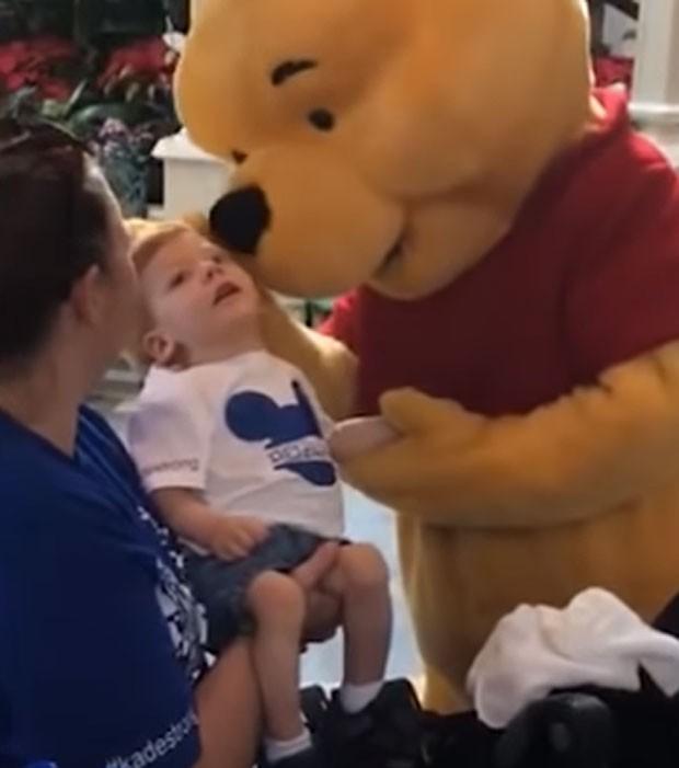 Menino recebe carinho de Ursinho Pooh (Foto: Reprodução)