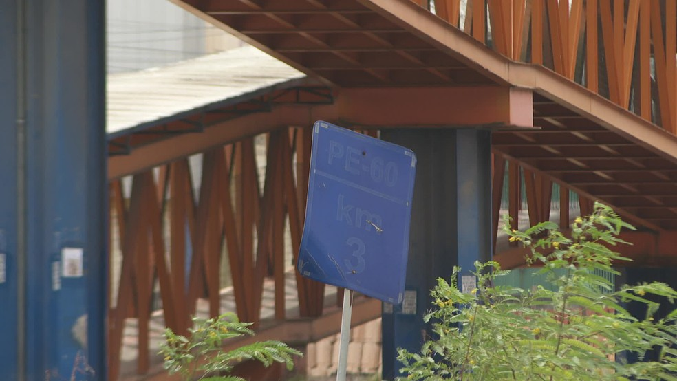 Na PE-60, há placas de sinalização desgastadas pela ação do tempo — Foto: Reprodução/TV Globo