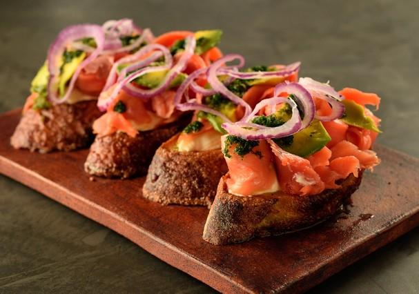 Tartine de salmão defumado, cream cheese, avocado, vinagrete de jalapeño e cebola roxa, R$ 27, na Vis Savour Boulangerie  (Foto: Divulgação)