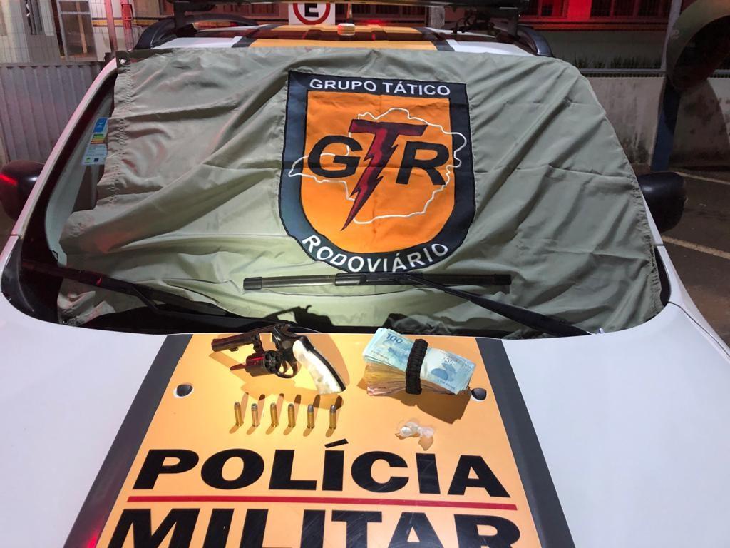 Motociclista inabilitado é preso com arma e mais de R$ 7 mil em Presidente Olegário