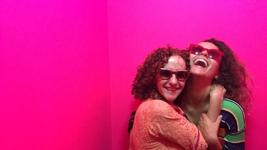 Alice Milagres abre álbum de fotos e fala da relação com a mãe: 'Ela me incentiva muito'