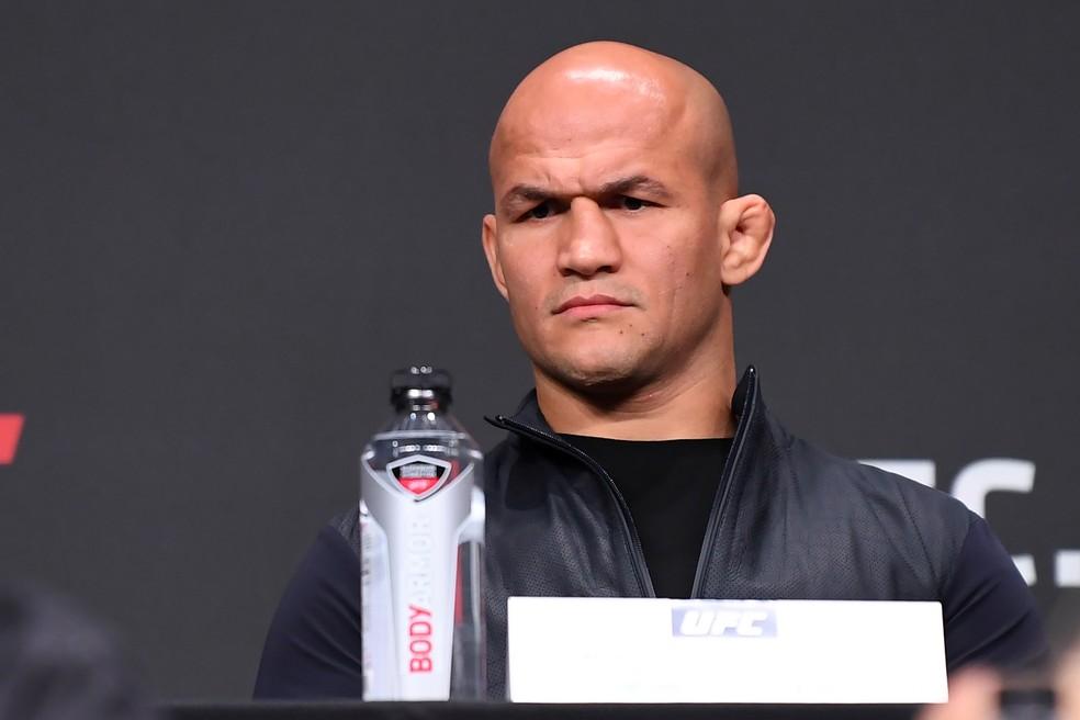 Infecção bacteriana tirou Junior Cigano da luta contra Alexander Volkov no UFC Moscou — Foto: Getty Images