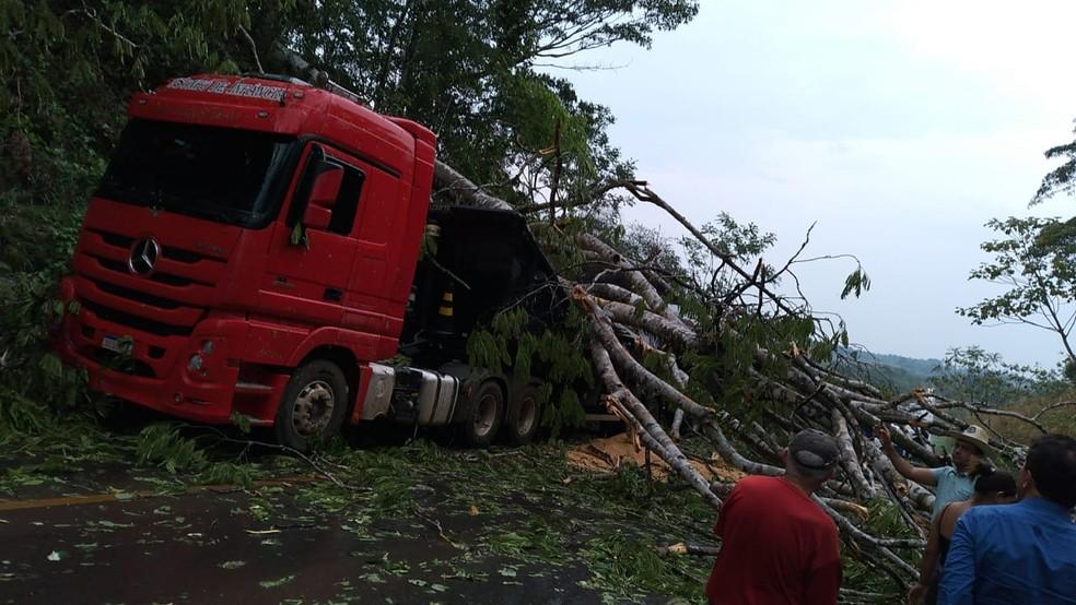 Parte da carga que a carreta transportava foi perdida depois de temporal na BR-364 em Rondônia — Foto: Reprodução/Redes Sociais