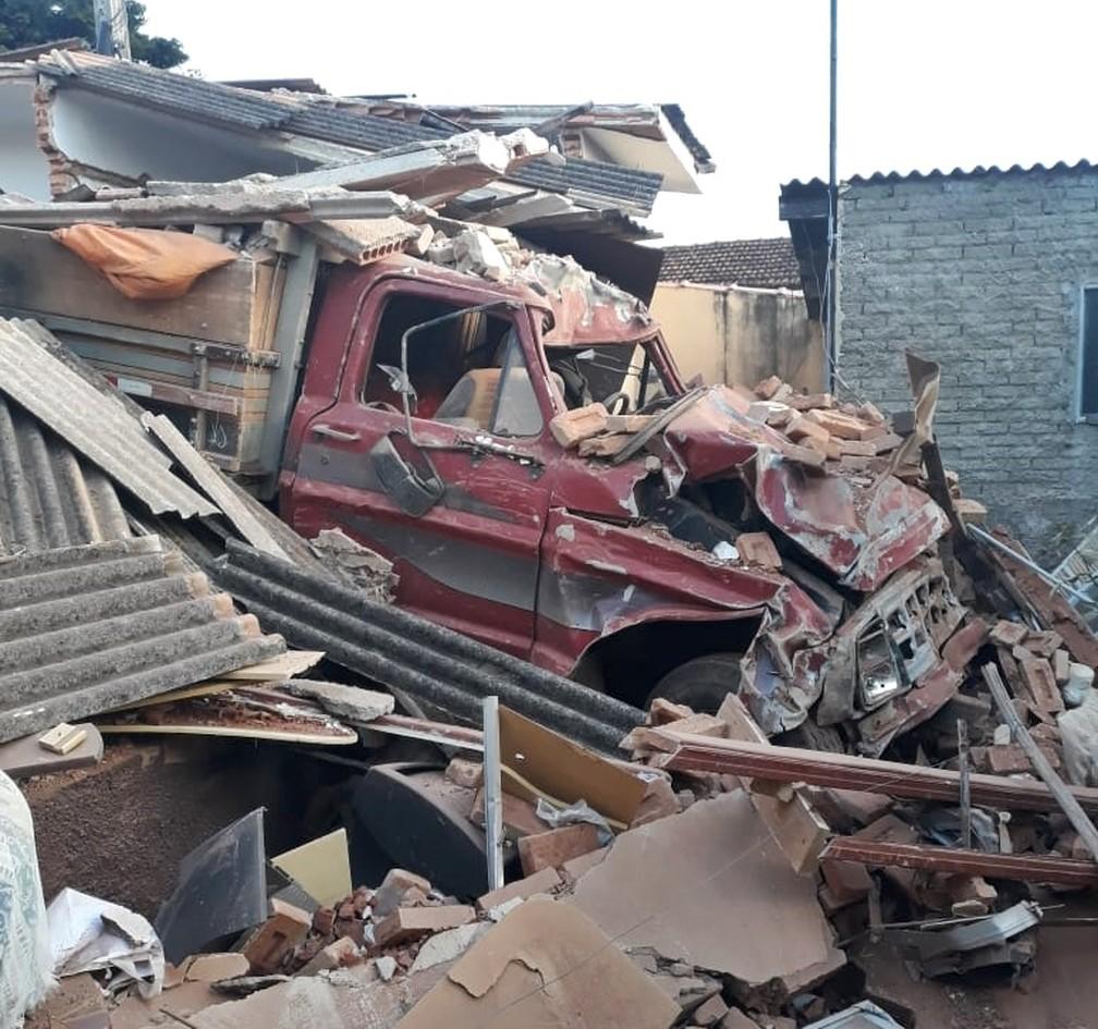 Caminhão carregado de café invadiu casa em Areado (MG) — Foto: Polícia Militar