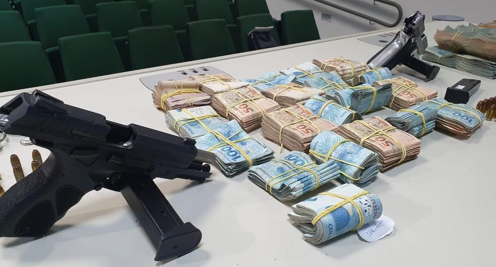 Operação contra líderes de organização criminosa de Itapipoca apreendeu pistolas, carros de luxo e R$ 300 mil em espécie. — Foto: Reprodução/Polícia Civil do Ceará