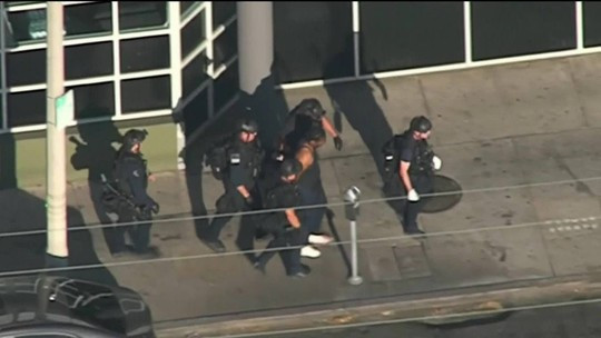 Atirador faz reféns e mata uma pessoa em loja de Los Angeles