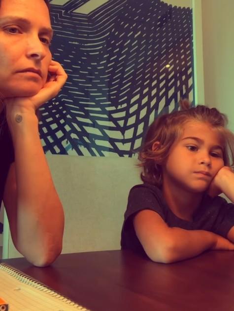 Fernanda Rodrigues e o filho Bento durante aula on-line dele (Foto: Reprodução)