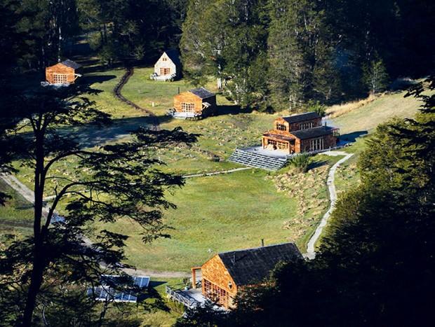 Vista aérea das cabanas na Fazenda PATA Rio Futaleufu (Foto: Divulgação)