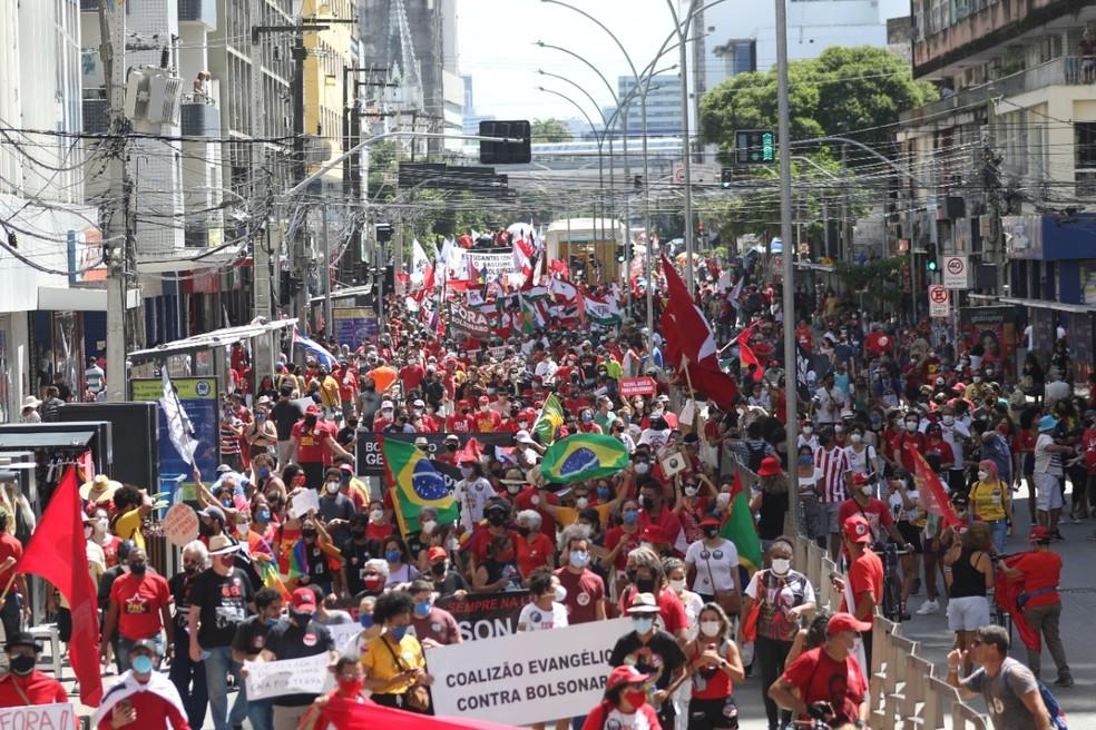Recife reúne manifestantes contra o governo Jair Bolsonaro, neste sábado (24) — Foto: Marlon Costa/Pernambuco Press