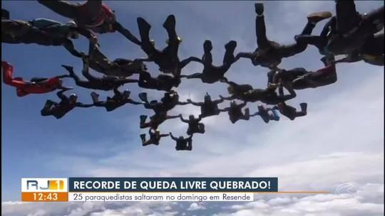 Paraquedistas batem recorde estadual de formação em queda livre durante evento em Resende