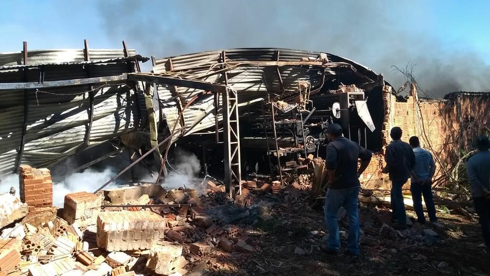 c1f024392 ... Parte da estrutura onde ficam as máquinas da fábrica caiu durante o  incêndio — Foto