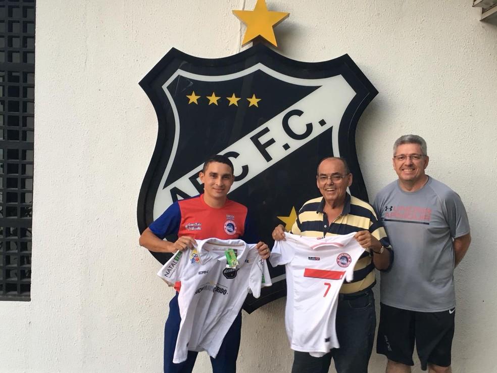 Maranhão presenteia presidente com camisa do Porto Velho Esporte Clube e é recebe outra do ABC — Foto: Jeanderson Maranhão / arquivo pessoal