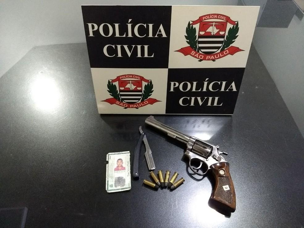 Polícia encontrou arma na casa do suspeito, em Aspásia (SP) (Foto: Polícia Civil/Divulgação)