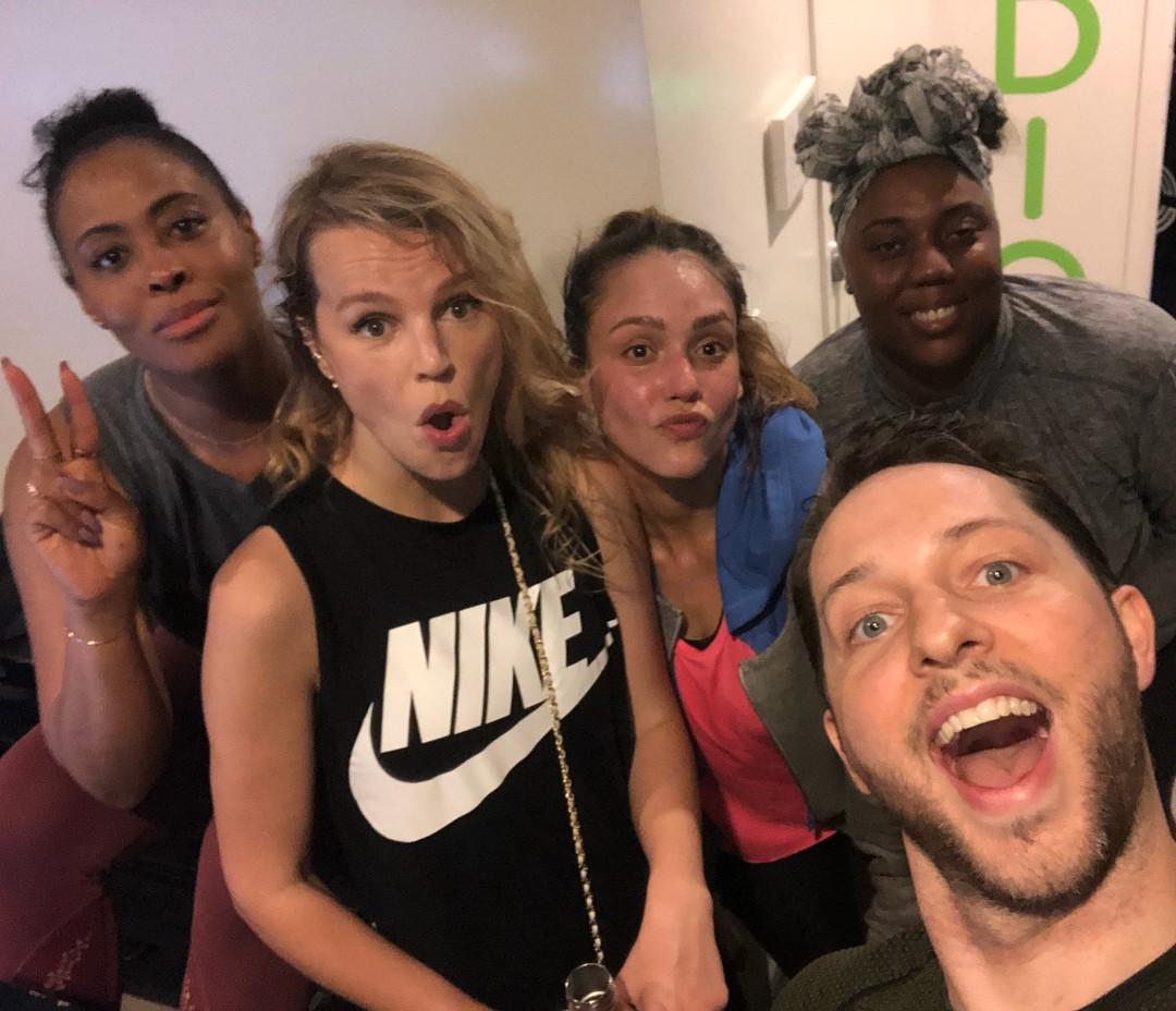 Jessica Alba com grupo de amigos pós-treino (Foto: Reprodução/Instagram)