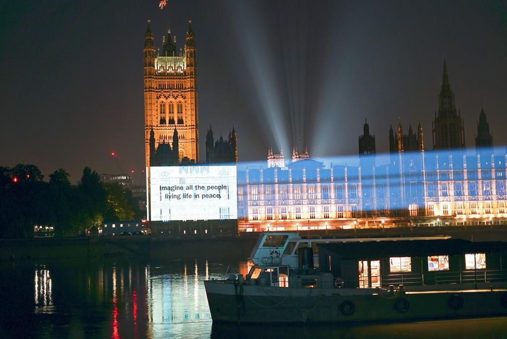 """Trecho de """"Imagine"""" é projetado nas Casas do Parlamento, em Londres, em celebração aos 50 anos de lançamento da música — Foto: Universal Music Group/Divulgação via REUTERS"""