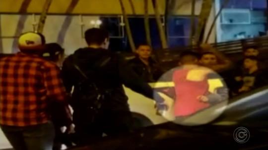 Jovem fica ferido ao ser esfaqueado por adolescente durante briga em festa; vídeo