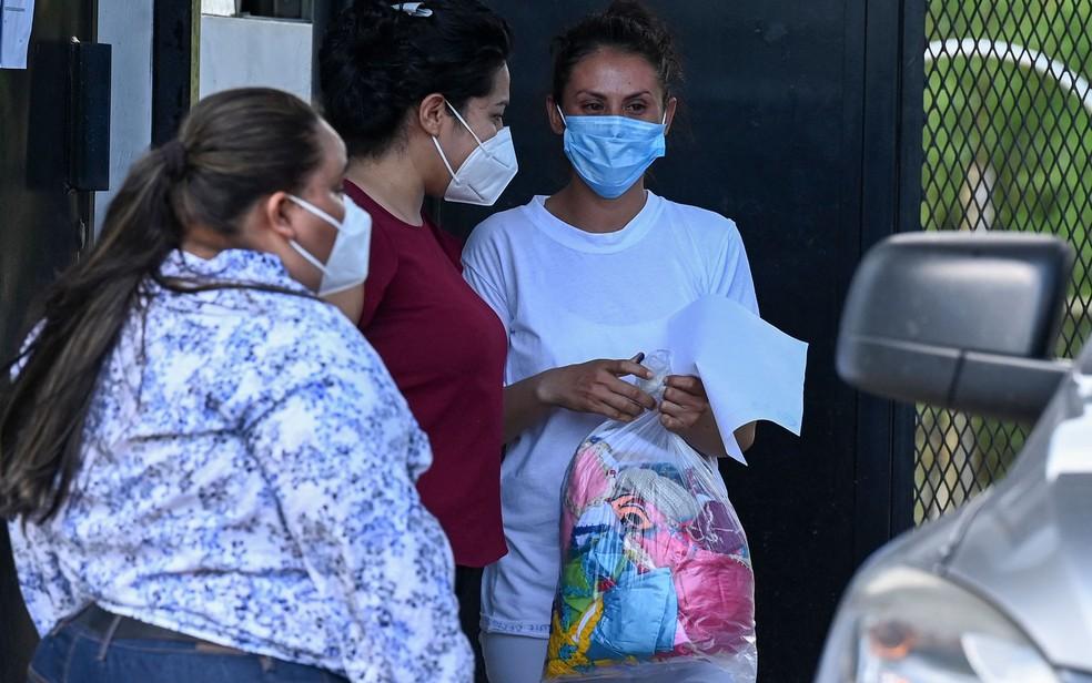 Sara Rogel conversa com parentes após ser libertada do Centro Penal Zacatecoluca, em EL Salvador, na segunda-feira (7) — Foto: Marvin Recinos/AFP