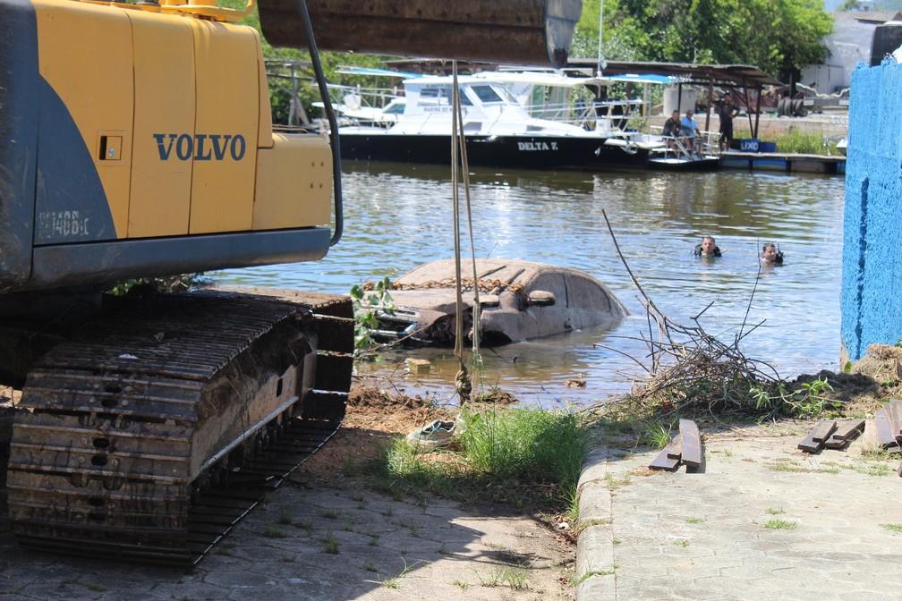 Carro foi retirado do rio com apoio de uma retroescavadeira — Foto: Corpo de Bombeiros/ Divulgação