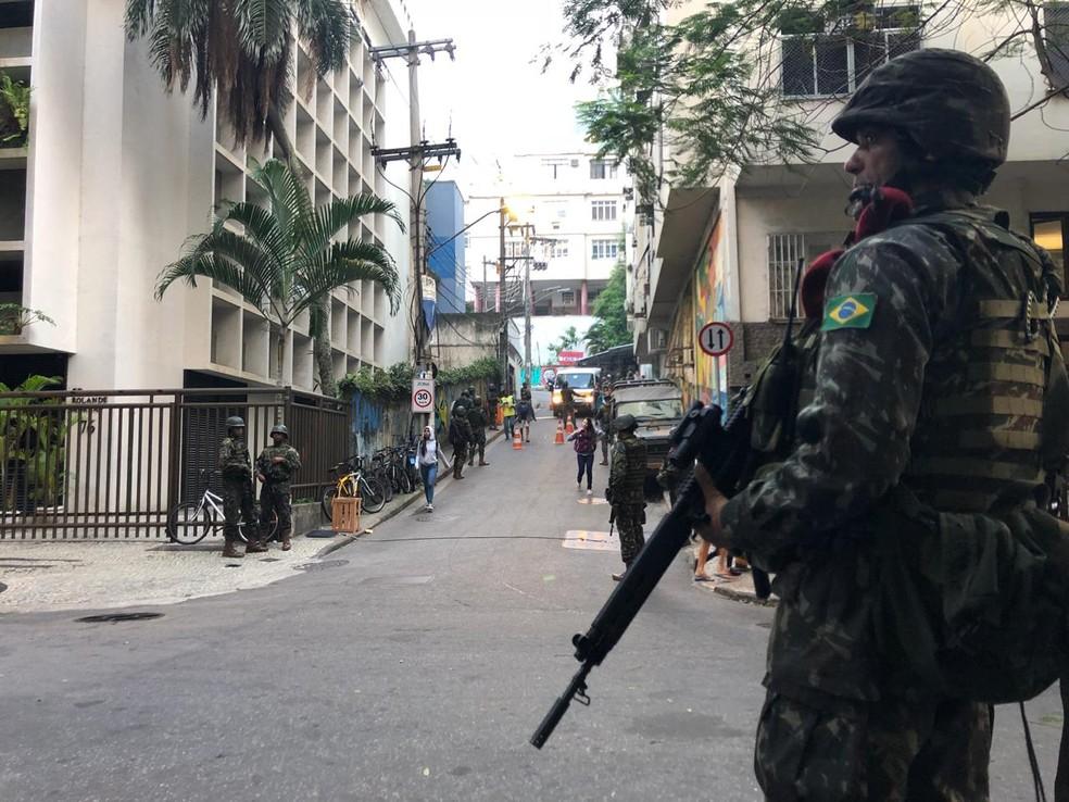 Soldado na entrada de comunidade no Leme, na Zona Sul do Rio (Foto: Andressa Gonçalves/ G1)
