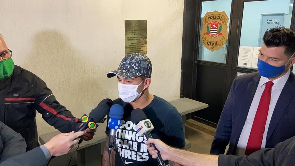 """Dudu vai à delegacia por """"vontade própria"""" e nega agressão à ex-esposa: """"A gente já esclareceu para a polícia"""""""