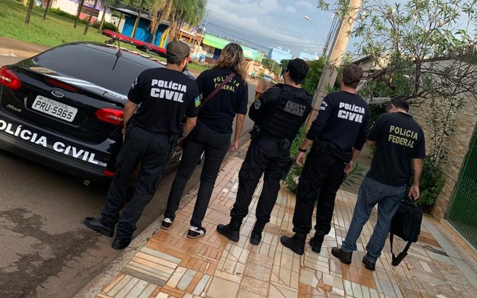 Policiais cumprem mandados judiciais durante a operação — Foto: Polícia Civil/Divulgação