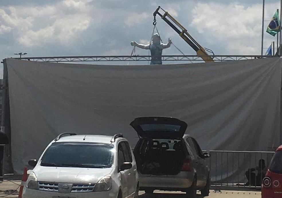 Guindaste coloca estátua de Renato na Arena — Foto: Reprodução