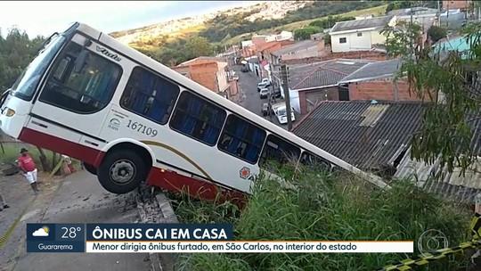 Adolescente furta ônibus, perde controle e cai sobre casa em São Carlos, SP