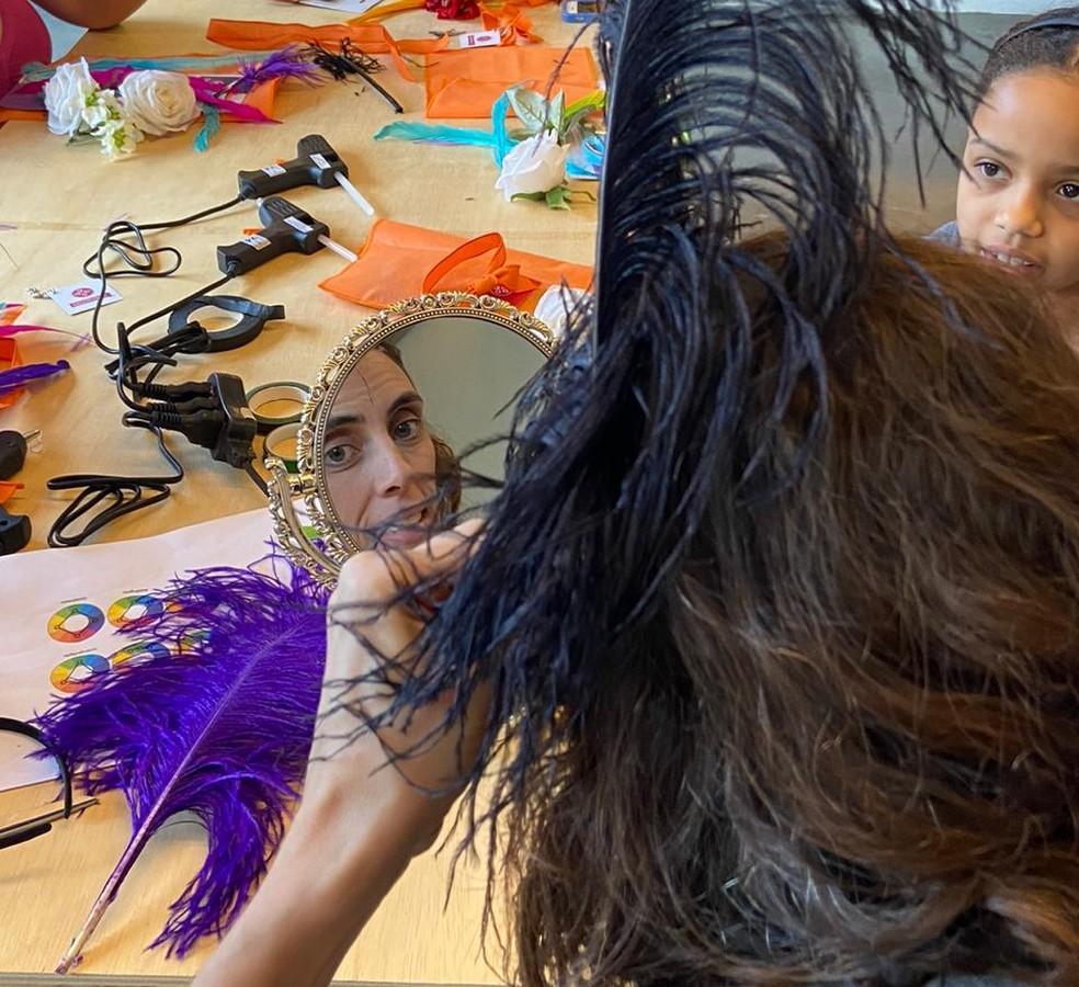 Oficina de produção de fantasias de carnaval aconteceu em São Paulo no sábado (8)  — Foto: Renata Guimarães/Sassaricando