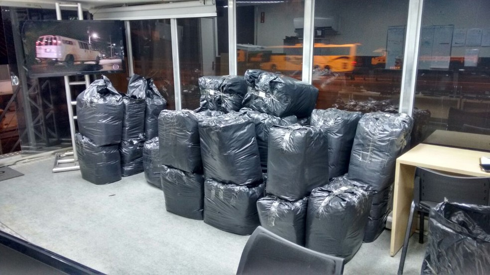 Polícia de Assis apreendeu carga com quase 5 mil camisetas falsificadas de marcas conhecidas no mercado (Foto: Polícia Rodoviária de Assis / Divulgação)