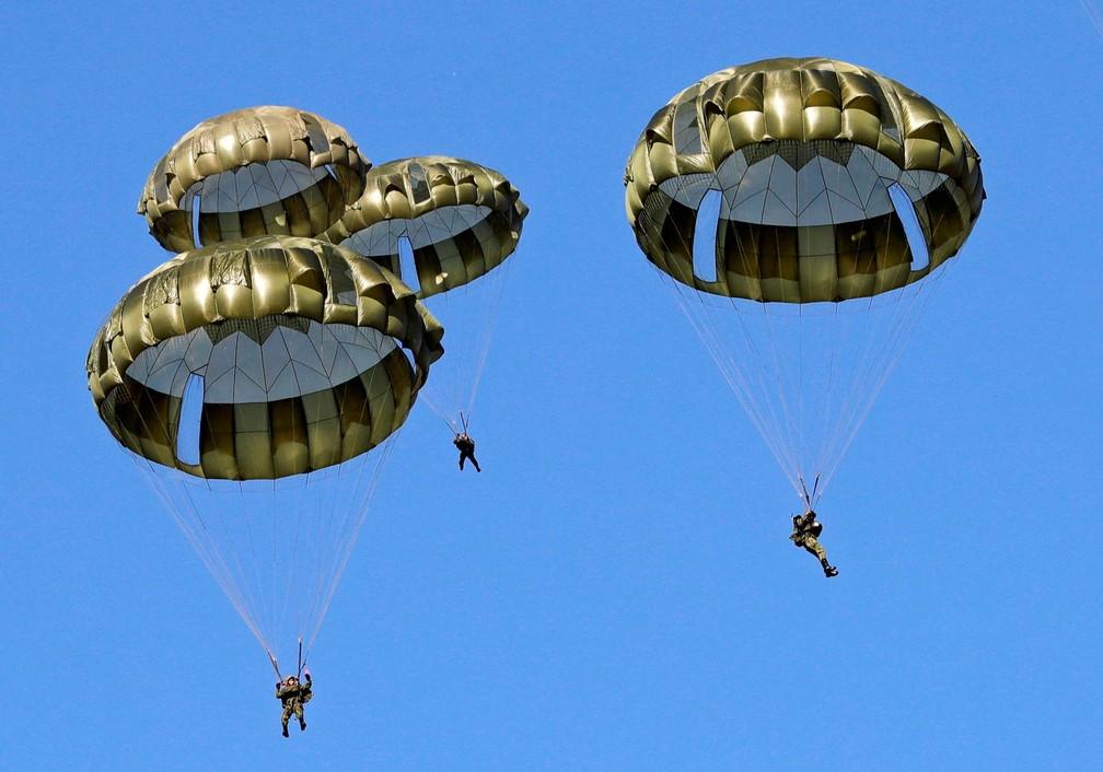 12 de janeiro - Integrantes da 1ª Brigada Aérea de Defesa Terrestre do Japão descem ao chão de paraquedas durante exercício militar anual na base de Narashino em Funabashi, a leste de Tóquio (Foto: Kim Kyung-Hoon/Reuters)