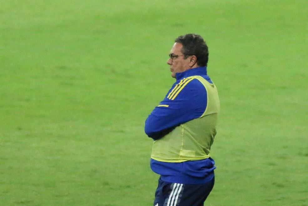 Vanderlei Luxemburgo observa Cruzeiro em ação na partida diante do Confiança — Foto: Fernando Moreno/AGIF