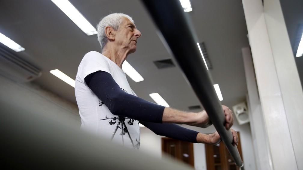 Hélio faz exercícios na barra (Foto: Andressa Gonçalves/G1)