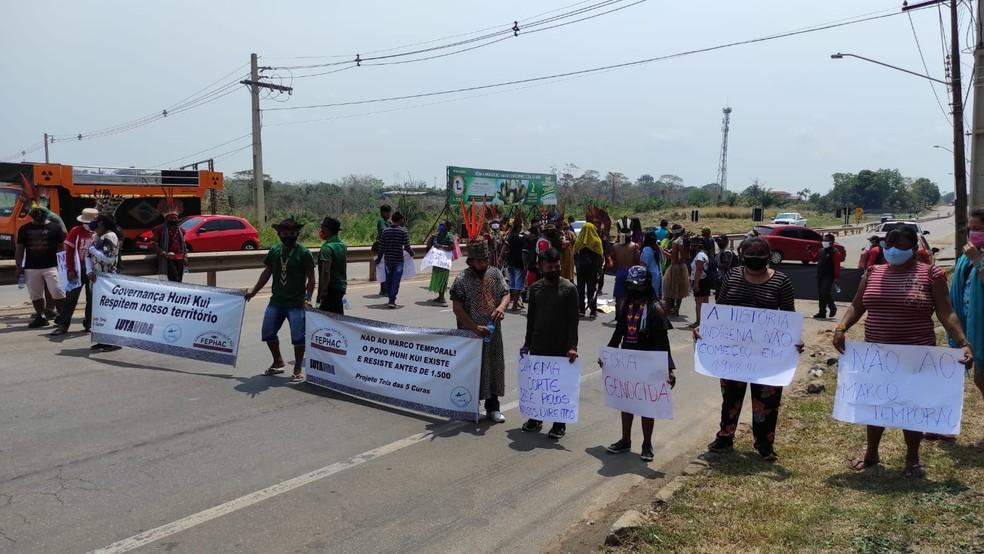 Indígenas fecharam Via Verde em Rio Branco — Foto: Quésia Melo/Rede Amazônica